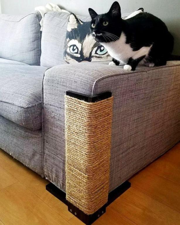 Угловая когтеточка на диване защитит обивку от когтей