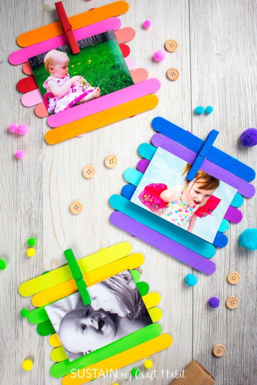 Палочки покрашены в яркие цвета. Фото крепятся при помощи бельевых прищепок
