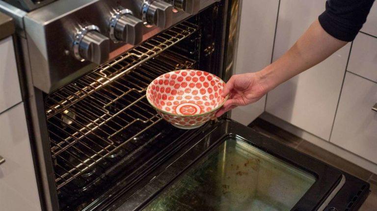ЧТобы почистить духовку со старым жиром на всех стенках, используем нашатырный спирт