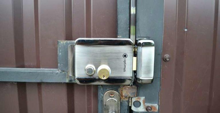 Для установки на калитку или ворота приваривают пластину под замок