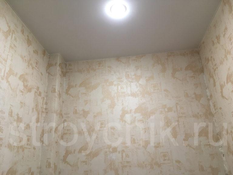 Высота потолка в гардеробной - 2,9 метра. Натяжной потолок и два установленных точечных светильника решено было не трогать.