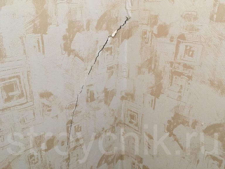 Впоследствии лопнувшая стена будет заштукатурена с армирующей сеткой
