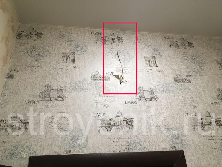 Провод на точечные светильники выходит из стены и уходит под натяжной потолок - штробить и прятать в стену