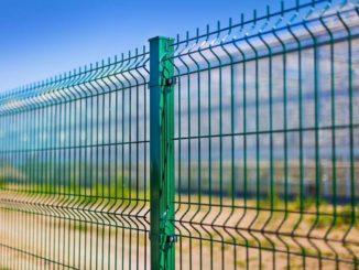 Насчет эстетики можно спорить, но ограда надежная