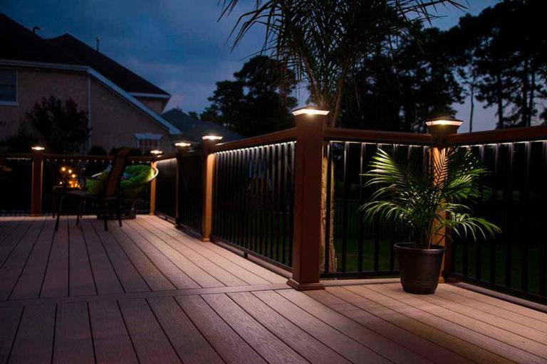 В данном примере колпаки для столбов с подсветкой не только защищают срезы деревянных столбов от атмосферных осадков, но и освещают зону отдыха