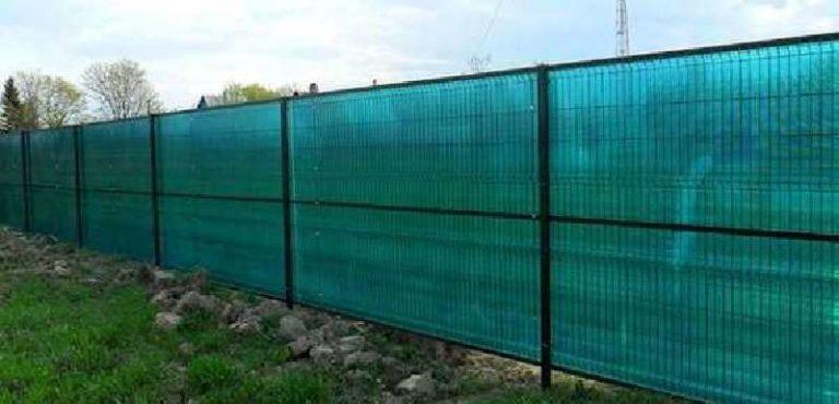 Прикрепить поликарбонат на сетчатый забор