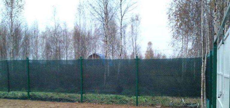 Затеняющая нераспускаемая сетка Ямайка на заборе из рабицы