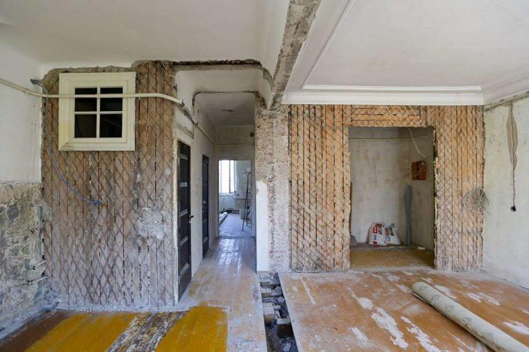 Просторные комнаты, высокие потолки - это плюсы сталинских домов