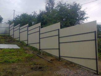 Забор ступеньками на участке с крутым склоном